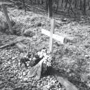Provisorisches Holzkreuz als erstes Gedenkzeichen für die verstorbenen Speziallager-Insassen auf dem Gräberfeld I am Nordhang des Ettersberges bei Weimar, 31. März 1990. Foto: Joachim Siegert, Weimar