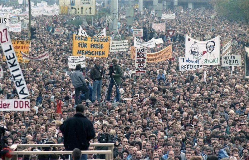 Demonstration am 04. November 1989 in Berlin. Foto: Bernd Settnik, Bundesarchiv
