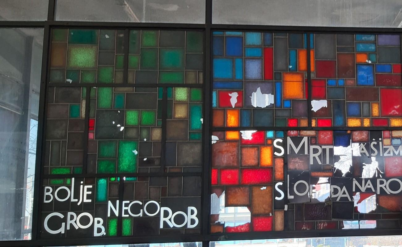 Glaswand im Foyer des Historischen Museums von Bosnien und Herzegowina. / Glass wall in the foyer of the History Museum of Bosnia and Herzegovina in Sarajevo. Photo: Jens Schley, 2019