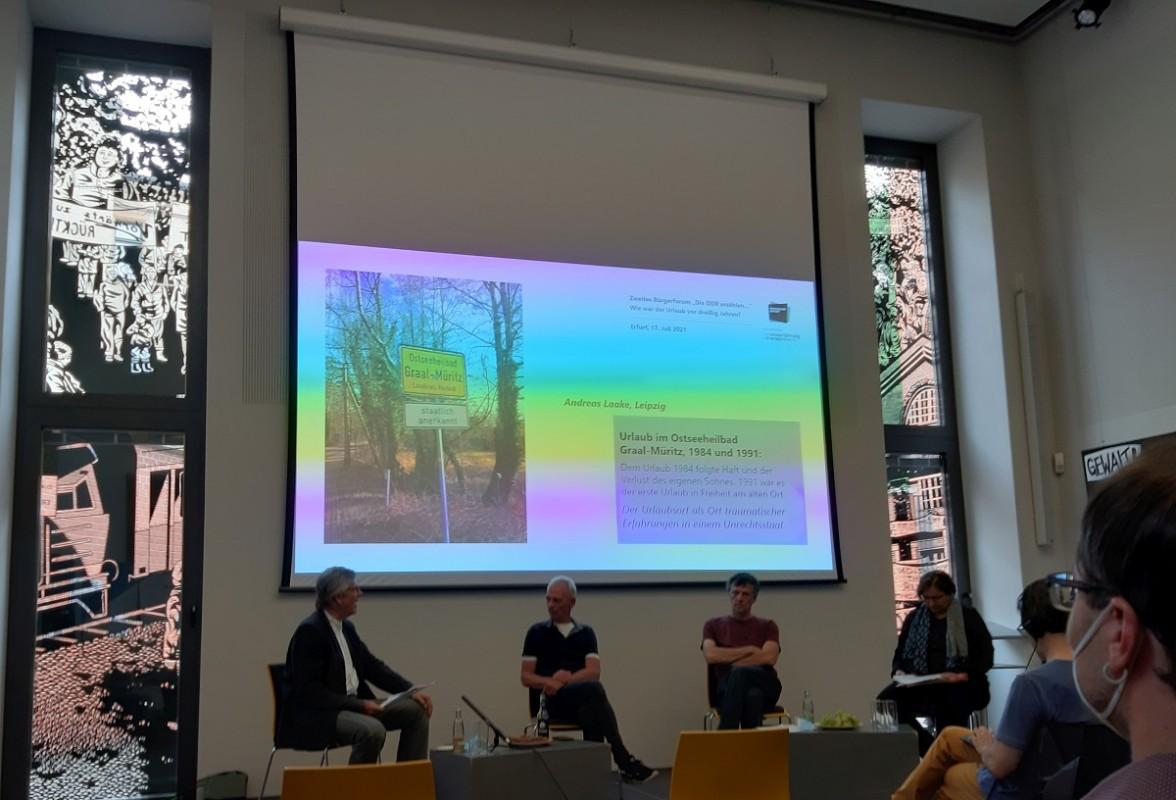 Podium im Kubus der Gedenk- und Bildungsstätte Andreasstraße. Foto: Jens Schley