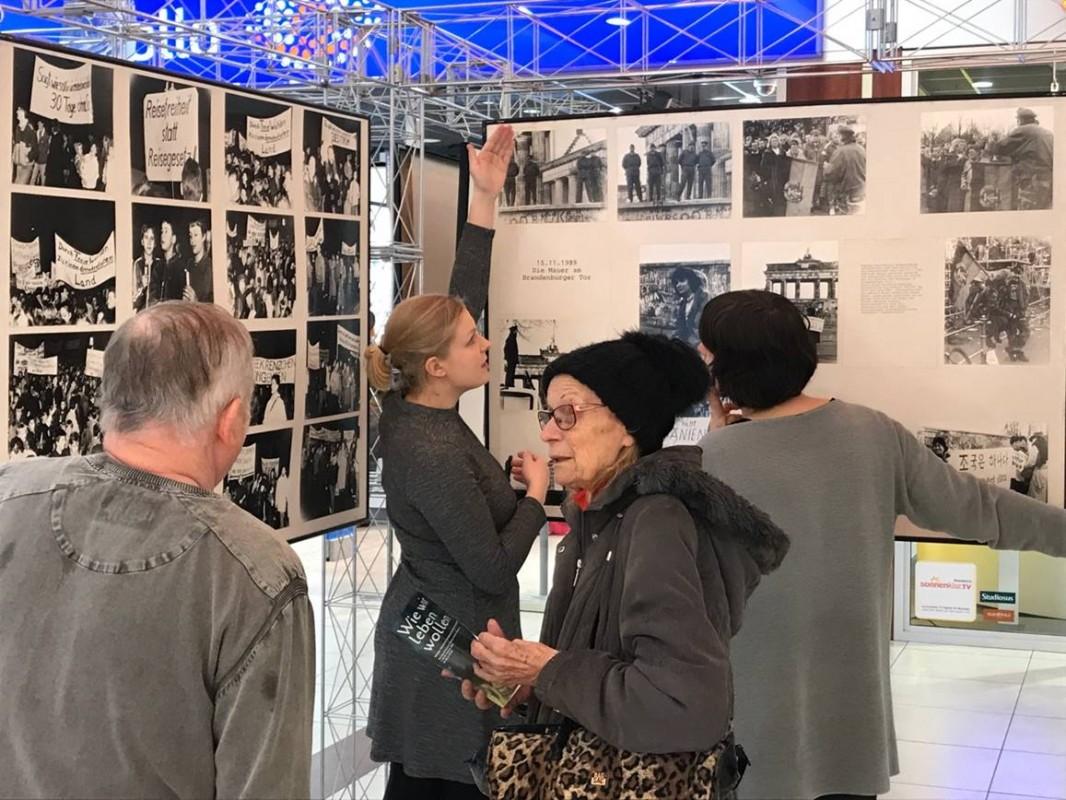 Klaus Bergmann im Gespräch mit Besucherin. Im Hintergrund Annika Neubert (Mitarbeiterin im Projekt) und Anke Heelemann (Künstlerin), Foto: Gero Fedtke