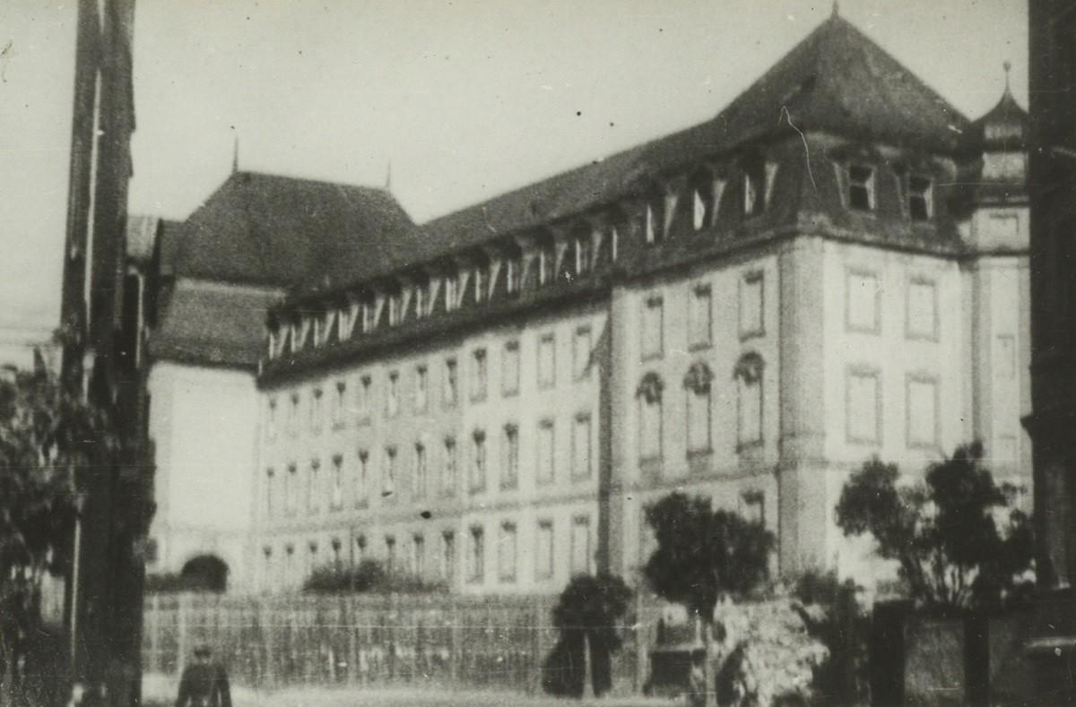 Umzäuntes Amtsgerichtsgebäude in Weimar - Sitz eines sowjetischen Militärtribunals, 1946. Stadtarchiv Weimar